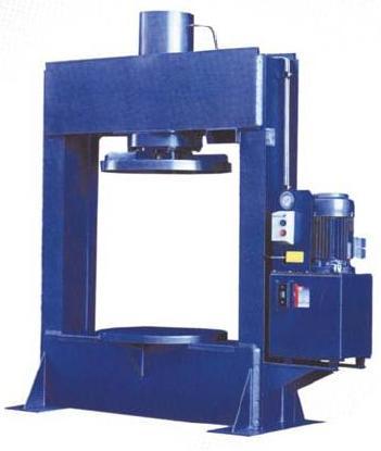 Пресс для монтажа цельнолитых шин. Цельнолитые и бандажные шины монтируются на диск с помощью специального пресса. Для монтажа цельнолитой шины на диск требуется усилие до 140 тонн.