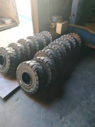 Монтаж - перепресовка цельнолитой шины 23X9-10 с бортом и без борта на сварные диски с запорными кольцами и без колец вилочного погрузчика. Естественно, что мы можем перебортировать любое колесо: будь это пневматическая шина на диске из двух половинок или же на цельносварном диске, или может это шины суперэластик также на диске из двух половинок.